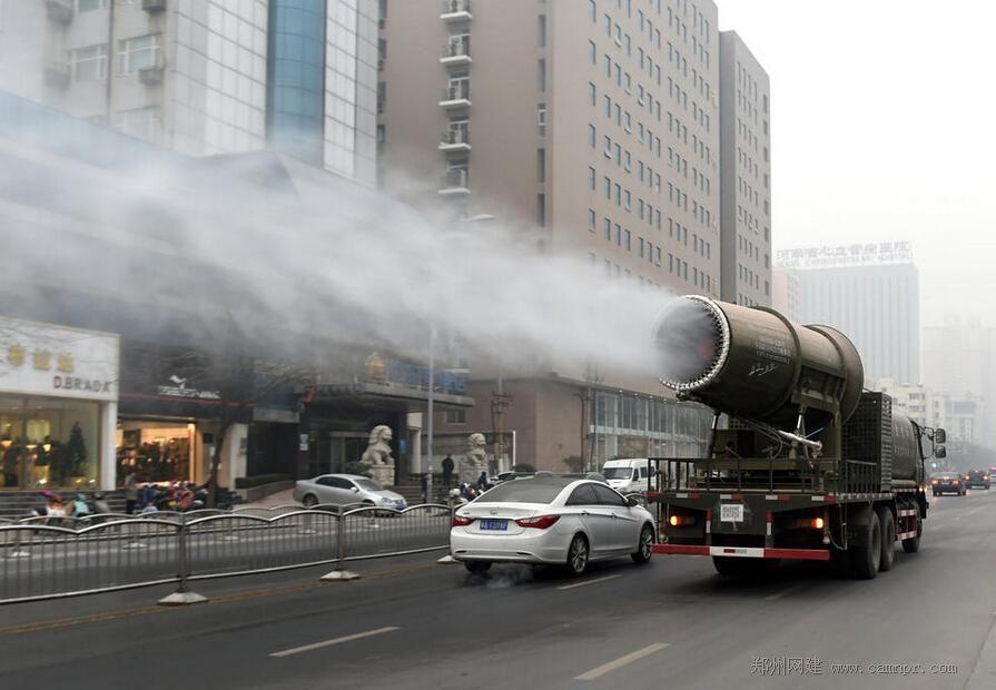 """郑州街头出现""""防霾神器""""雾炮车"""