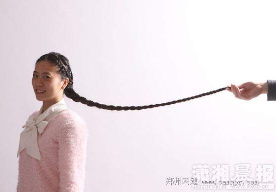 祝青长达1.3米的头发。图/潇湘晨报记者 朱辉峰 实习生 陈明谋